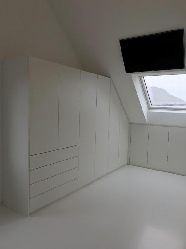 Weiße Ankleide in Dachschräge und über Eck