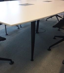 Schwarzer Tischfuß zu Konferenztischplatte