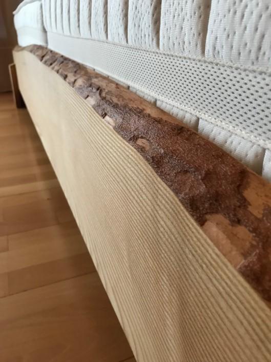 Massivholzbett mit sichtbarer Baumkante
