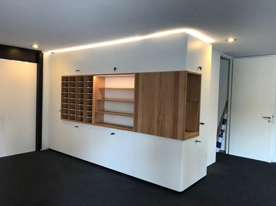Foyermöbel in Eingangsbereich, weiß mit Buche und indirekter Beleuchtung