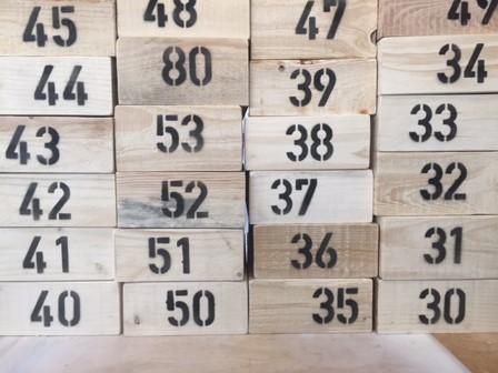 Holzboxen mit aufgesprühter Nummerierung für Außengastronomie