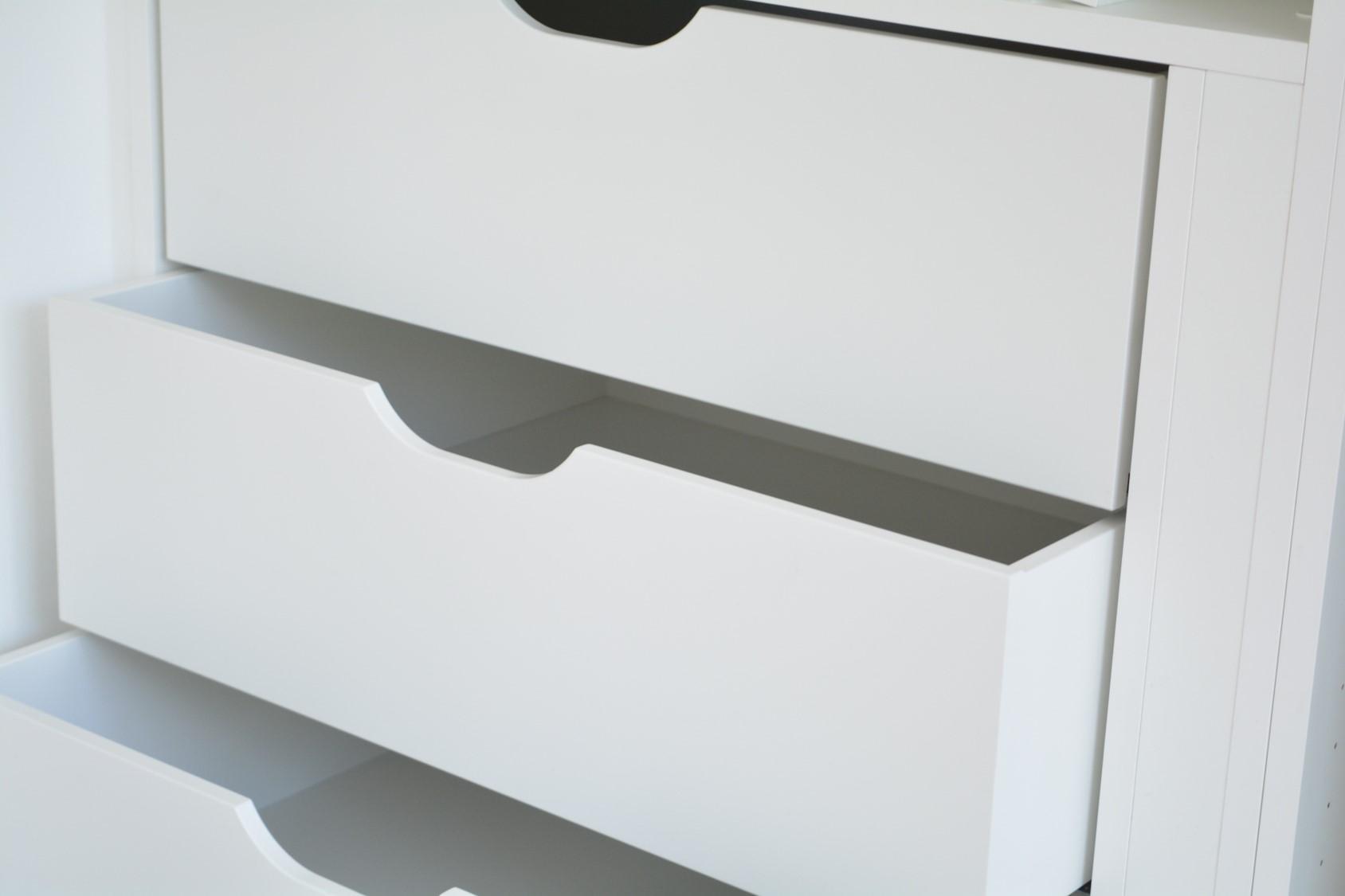 Detail innenliegender Schublade, weiß lackiert mit Grifffräsung