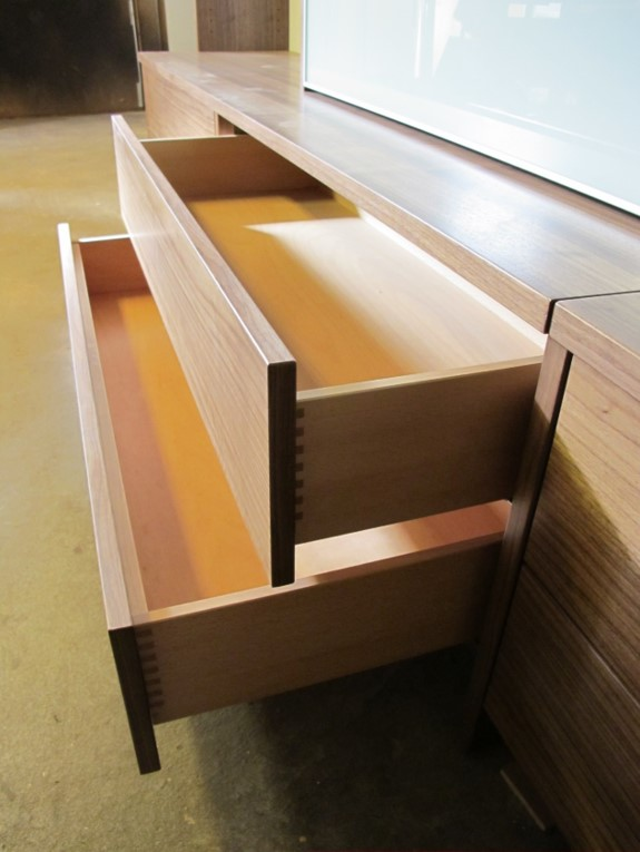 Detailansicht Massivholz-Schublade aus Buche ohne Griff