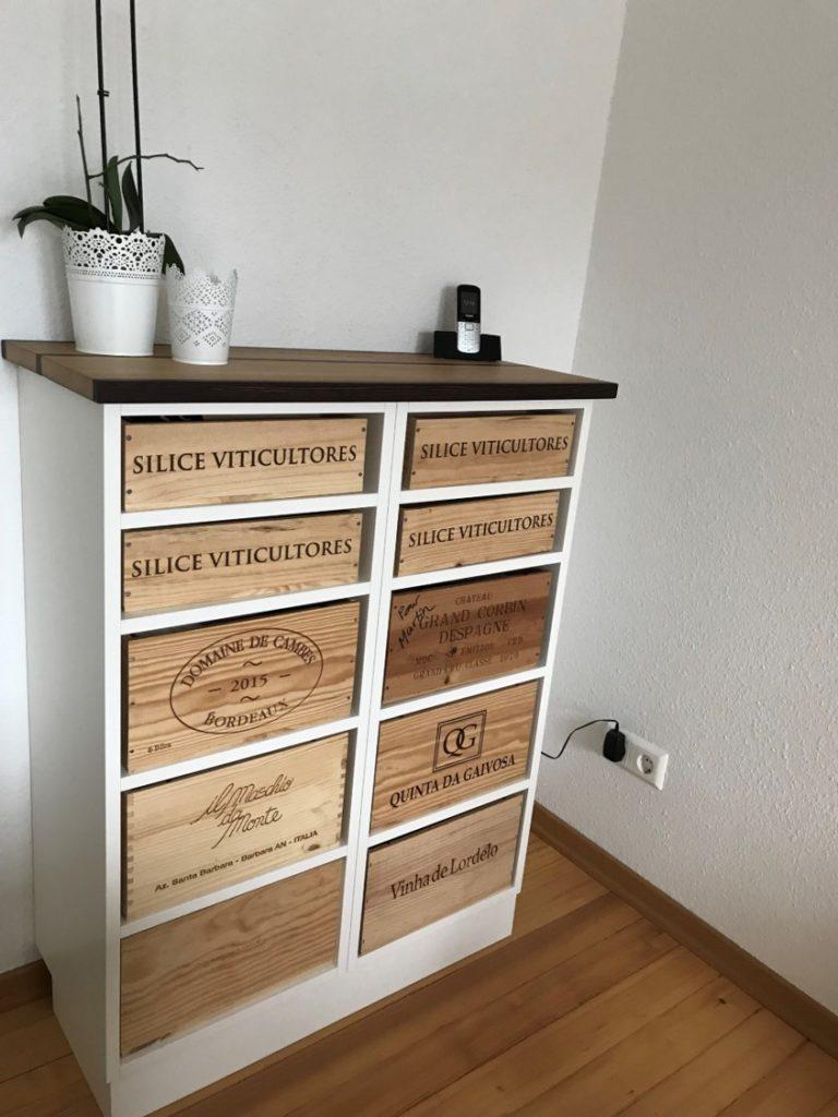 Weißes Sideboard mit Schubladen aus alten Weinboxen