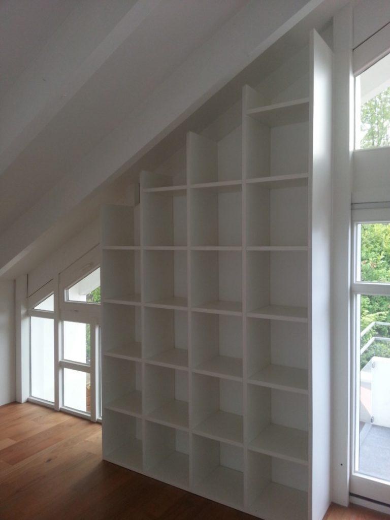 Bibliothek in Dachschräge mit gleichmäßiger Aufteilung