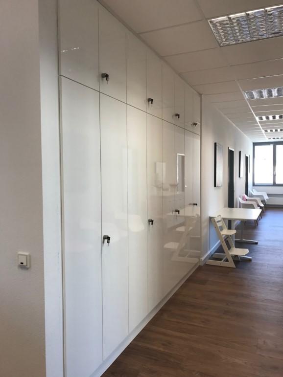 abschließbare, glänzende Schrankwand in Büro