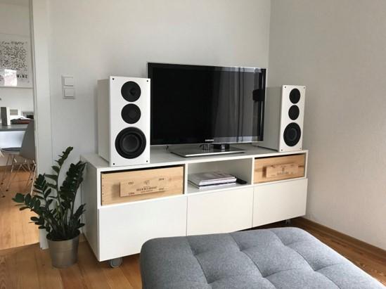 Weißes TV-Möbel auf Rollen,mit Klappen und Schubladen aus alten Weinboxen