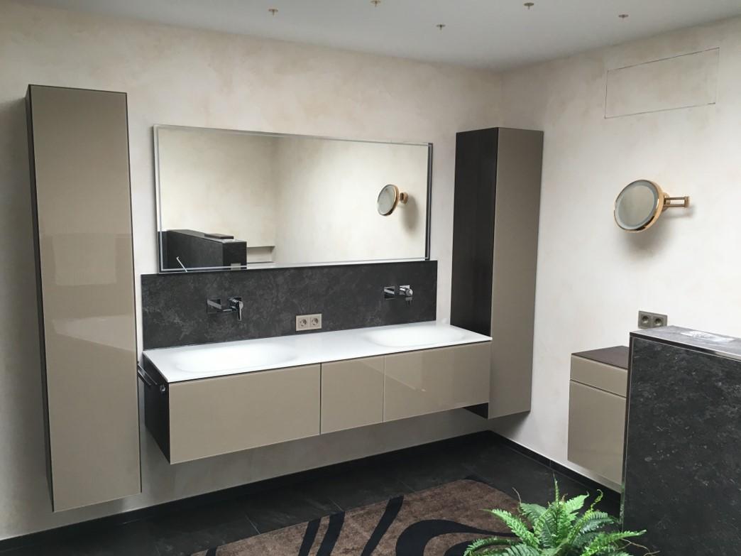 Badezimmer Einrichtung mit grifflosen, beigen Glasfronten
