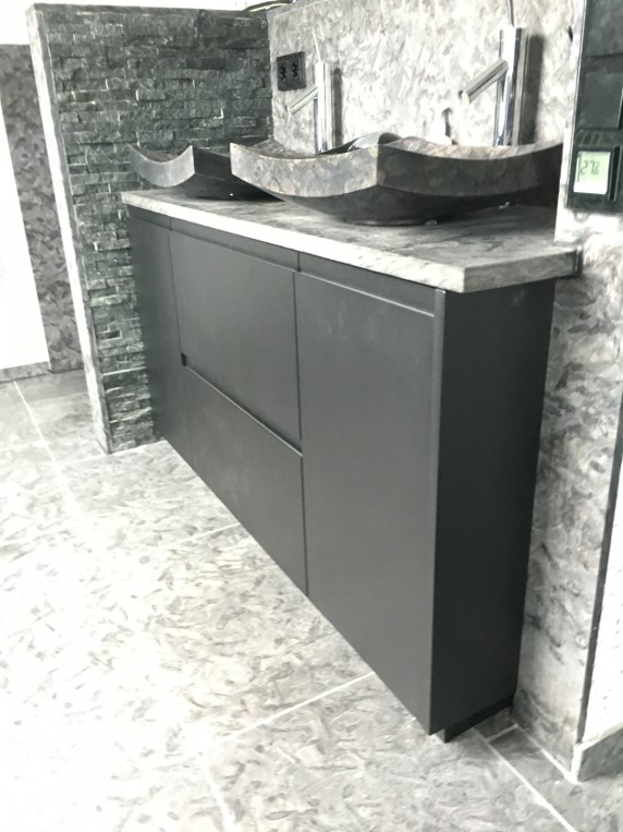 Schwarzer Waschtisch mit Griffleisten und Steinplatte