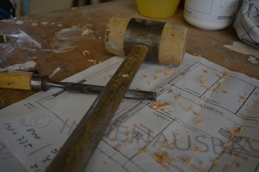 Werkzeug und Plan auf der Hobelbank
